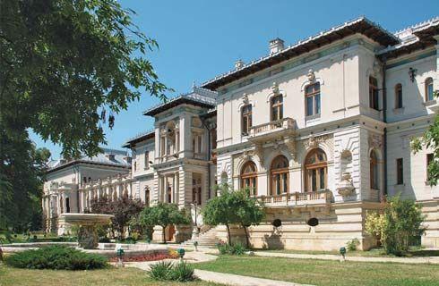 """Palatul Cotroceni a devenit sediul Preşedenţiei Române după Revoluţia din 1989. În afară de funcţionalitatea politică pe care o deţine, palatul este şi locul în care se află Muzeul Naţional Cotroceni, deschis publicului pentru vizitare. Cu ocazia """"Zilelor Porţilor Deschise"""", palatul poate fi vizitat de către public."""