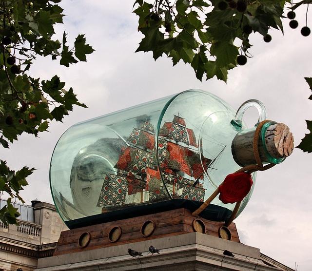 The Fourth Plinth, Trafalgar Square London. Nelson's Ship in a Bottle, van Yinka Shonibare. Mei 2010 tot januari 2012. Het verbeeld de HMS Victory, met kleurige zeilen, in een fles. Het past symbolisch bij de naam van het plein en de zuil van Nelson die er staat.
