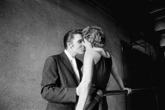 El beso, Elvis con una fan en los pasillos del Teatro Mosque, en Richmond, Virginia, en junio de 1956. / ©Alfred Wertheimer   Elvis y el fotógrafo invisible   EL PAÍS