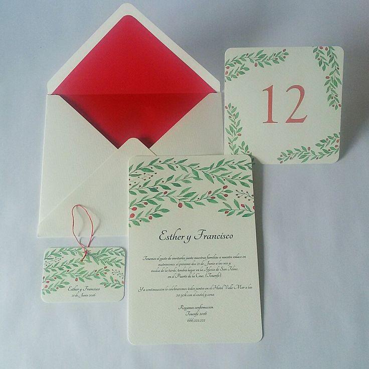 Invitaciones con sobres forrados en diferentes colores hechos a mano.
