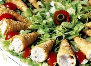 O patê de atum no canudinho é a entrada salgada ideal. Sirva para os amigos em pratos decorados com tomate-cereja