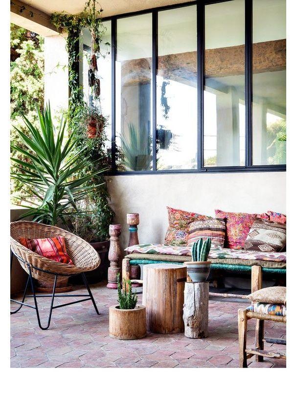 Un salon d'extérieur rempli de plantes