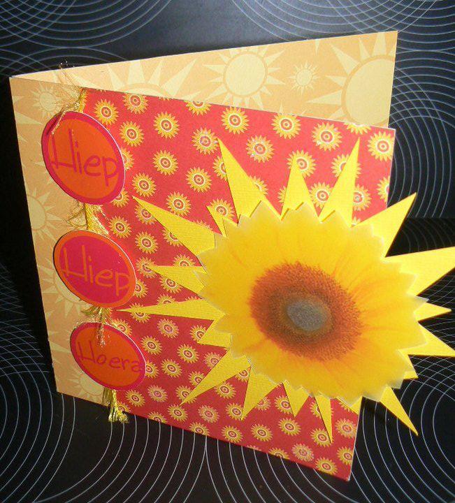 Wenskaart verjaardag zonnebloem - karton & papier aangekocht - hiep hiep hoera gemaakt op computer - zonnebloem gerecycleerd uit trouw-geboorte boek