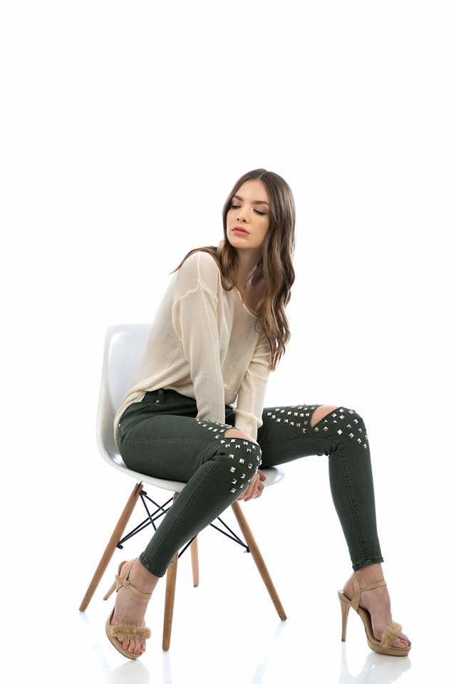 Elastic skinny jeans with five pockets. Front zip and button fastening. Knee rips with studs detail. 62% Cotton. 32% Polyester. 4% Viscose. 2% Elastan.https://www.modaboom.com/clothes/elastiko-tzin-panteloni-me-trouk/