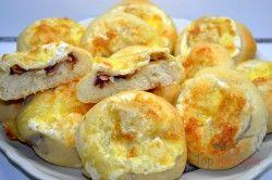 Herzhaftes Gebäck mit Zwiebeln und Speck gefüllt und mit Käse bestreut