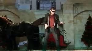 E színész a Mikulás gálán előadott fáro dalából egy pillanatkép Csordás Ákosról