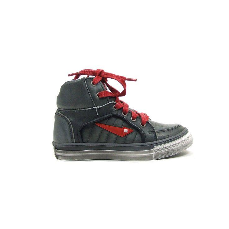 Skate boots van Red Rag, model 6459! Eigenzinnige schoenen met stoere en brutale details zo ook deze boots uitgevoerd in donker grijs. Uiteraard ook bij deze boots van Red Rag de kenmerkende rode accenten, deze keer in de veter en aan de zijkant een rode pijl De boots hebben een uitneembare zool en zitten door de geweldige pasvorm als gegoten. Aan de bovenkant van de schacht die extra dik gevoerd is een streepjes voering in de kleuren blauw, rood, wit en grijs.