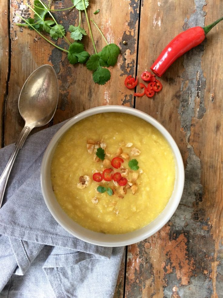 Som veckans vegetariska bjuder vi idag på en av våra favoritsoppor - majssoppa med sötchili, koriander och corn nuts. Så enkelt att tillaga, och så god! Ha en bra vecka!