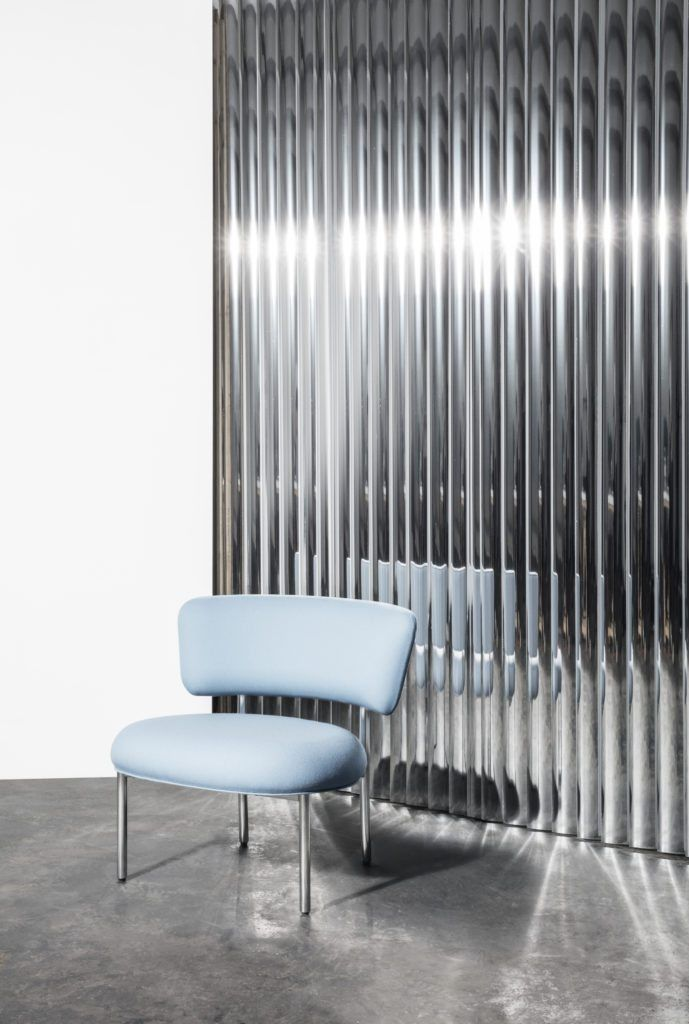 In design as in architecture, Silver is part of the trendy materials of the year 2018 | Font Bold chair, Mobel copenhagen | silver wall | aluminum wall | silver panel | aluminum panel | blue chair | silver material | silver design objects | silver trend 2018 | 2018 design trends | 2018 color trends | silver metal | silver home decor | aluminum home decor | interior design inspiration | mirrored object | wall mirror | blue armchair | 2018 new furniture | Scandinavian design | blue easy chair
