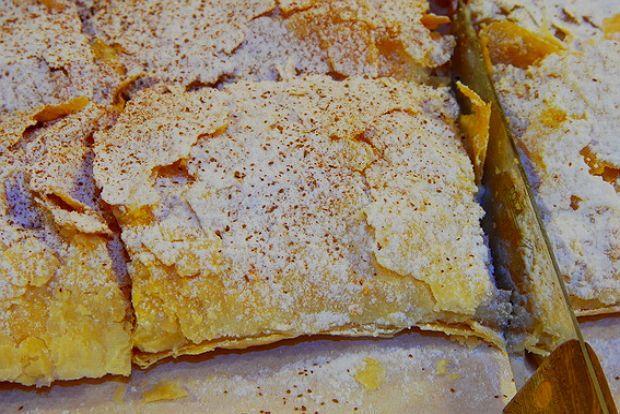 Η λέξη, αλλά και η συνταγή, προέρχεται από την τουρκική boğaça. Η πλούσια αυτή πιτούλα ήρθε%