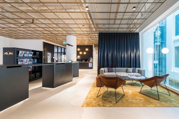 Design, épurés et élégants, les nouveaux locaux de Redbull débarquent à Stockholm. Tout à fait à l'image de la marque de boisson énergisante, on retrouve