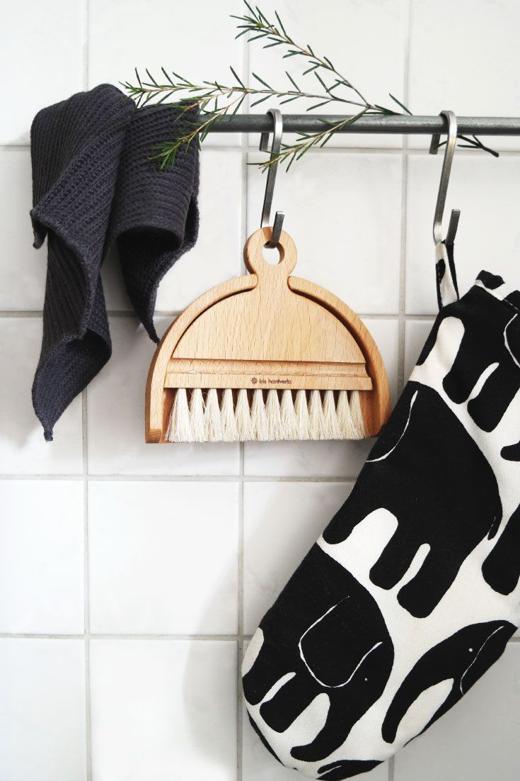 Skandinavische Tischkehrset aus Holz von schwedische Marke Iris Hantverk I Nordic Butik skandinavisch wohnen deko, skandinavisch wohnen wohnzimmer, einrichten skandinavisch, einrichten skandinavien, einrichten skandinavisch shabby, dekorieren skandinavisch, skandinavischer stil, skandinavischer einrichtungsstil, skandinavischer wohnstil, wohnstil skandi, wohnstil skandinavisch, scandi, scandinavian, skandinavisch wohnen, weiße Einrichtung, scandinavian living