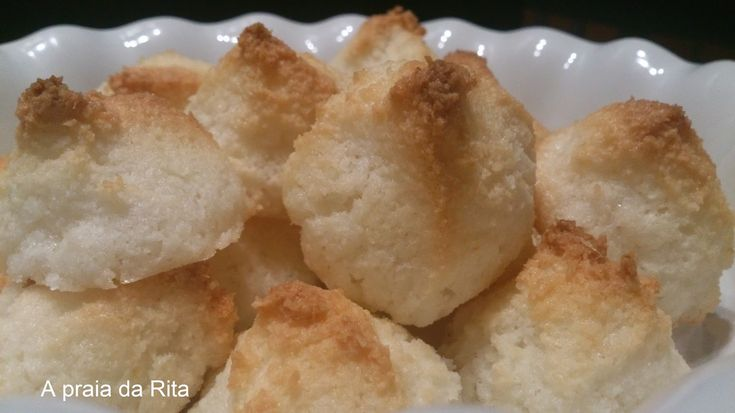 """Vulgarmente encontrados na internet com o nome """"Rochedos de coco"""" ou """"Congolais"""", estes doces aprese..."""