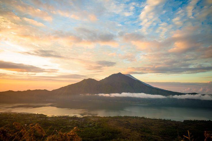 Gunung Batur Bali Mengejar matahari terbit di Gunung Batur bisa menjadi pilihan tepat untuk Teman Pejalan yang menyukai wisata alam penuh tantangan.