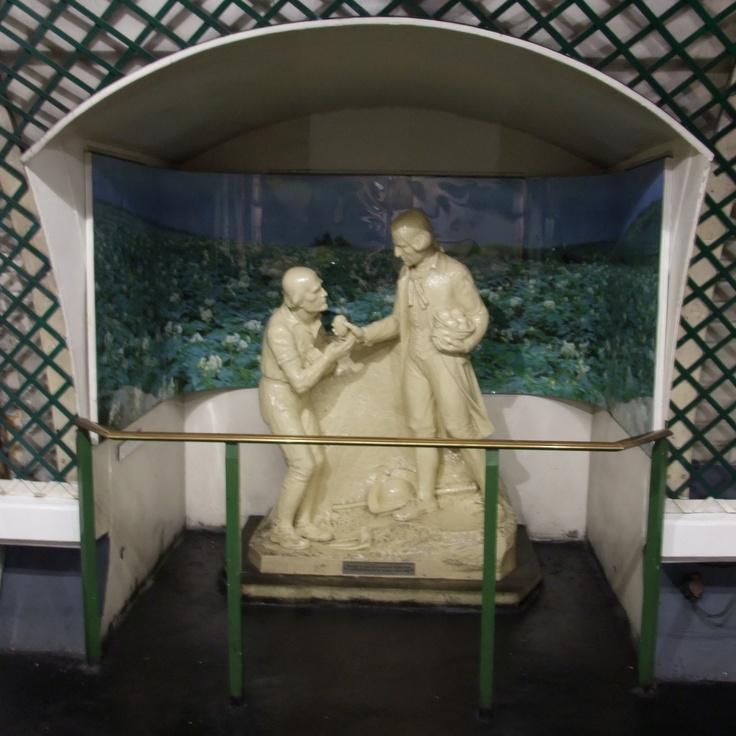 Parmentier. Ligne 3.  Station décorée sur la thématique de la pomme de terre, dont une statue d'Antoine Parmentier.