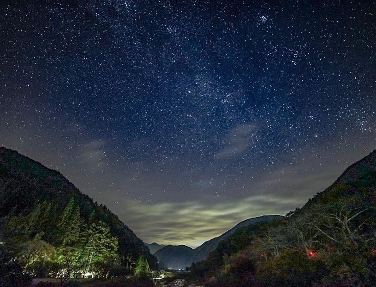 日本一美しい星空ってどこか皆さんご存知ですか?その場所は長野県の阿智村(あちむら)。2006年に環境省は阿智村を「日本一星空の観測に適した場所」に認定しました。それ以降、『スタービレッジ阿智』として、多くの人が日本一の星空を目当てに阿智村に集まります。そんな阿智村の魅力を紹介していきます。