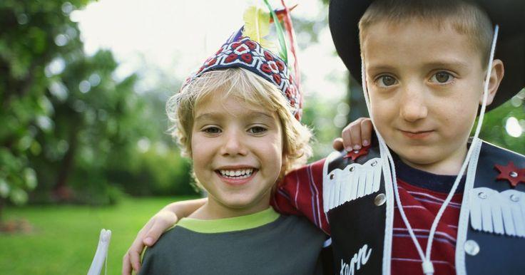 Ideias para festas de caubóis e índios. Crianças geralmente gostam de caubóis e índios. Esse interesse no velho oeste pode ser transformado em tema para festas de meninos e meninas. Faça todas as decorações, atividades e lanches neste tema para intensificar a experiência dos convidados.
