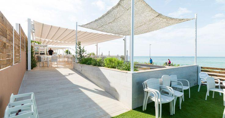 Para la configuración del interior del Club Palasiet en Benicàssim, se ha contado con la calidad y diseño de PORCELANOSA Grupo en pavimentos, baños y cocinas.