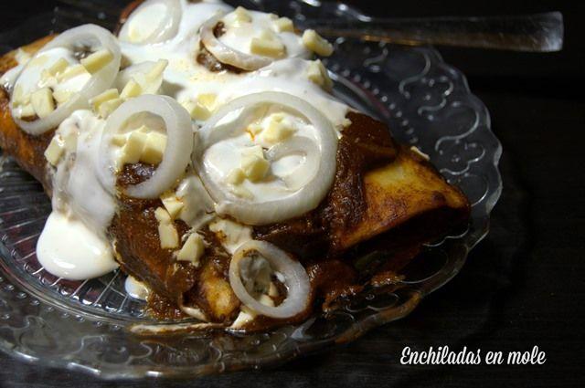Enchiladas en mole fáciles, para hacer por adelantado o para aprovechar sobras de Acción de Gracias.