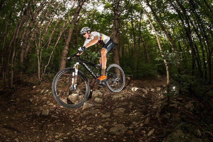 Tiago Ferreira, maillot arco iris de XCM, participa en la Scott Marathon by Taymory de Girona.
