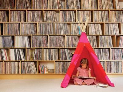 Modern day Matilda?Vinyls Storage, Little Girls, Zeeb, Reading Spot, Media Storage, Kids Tents, Reading Nooks, Records Storage, Records Collection