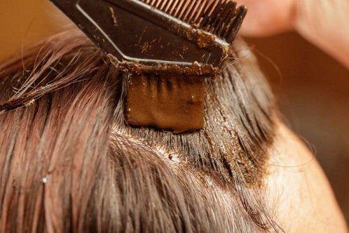 家庭でできる白髪染め 上述の方法に加え、ご自宅にあるかもしれない簡単に手に入る材料で作れる白髪染めをご紹介します。  たまごとナッツ、そしてローズマリー  まずクルミの葉2枚、クルミ5個、卵の殻1つ分、一握りのローズマリーを用意します。次に全ての材料をペースト状になるまで良く混ぜます。髪につけて1時間置いたら、よく洗い流します。これを週に1度繰り返します。  ローズマリーとセージ  できれば生のローズマリーとセージをそれぞれ大さじ3を、1カップの熱湯に入れます。  良く混ぜた後、10分間置きます。冷めたらハーブをざるでこして、リンスとして使用します。その後お湯で洗い流す必要はありません。  ヘナとレモンのしぼり汁  大さじ3のヘナと、大さじ1のレモンのしぼり汁だけで出来ます。  よく混ぜて、均等の柔らかさにします。髪の毛につけたら、ラップなどを被せます。3時間置いたら流します。繰り返し行えば、髪の毛は赤みがかった色になるでしょう。