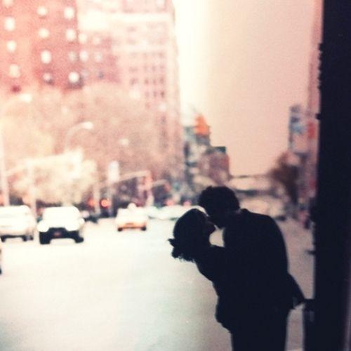 Chodź, pocałuję cię tam, gdzie się kończysz i zaczynasz, chodź, pocałuję cię w trzecie oko, chodź, pocałuję cię w czoło, w głowę, w stopę, w pępek, w kolano, w knykieć, w sutki, w pępek, w duszę, chodź, pocałuję cię w twoje serce. Na dzień dobry. Na dobranoc. Na zawsze. Na nigdy. Na teraz. W samo serce.
