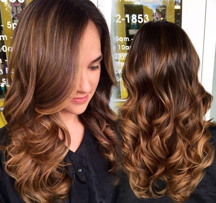 Le charme du balayage caramel réside également dans sa faculté d'apporter de relief aux cheveux bouclés et du volume aux cheveux lisses