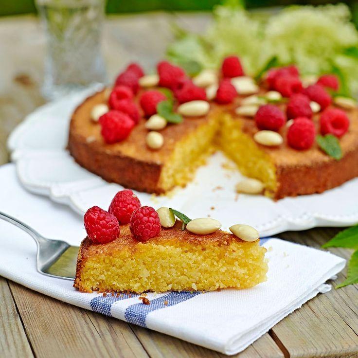 Servera gärna kakan med färska bär och crème fraiche. Foto Thomas Carlgren