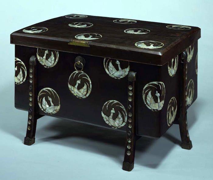 江戸時代の大火事がきっかけ。簞笥(タンス)の意外な歴史と種類をふりかえる   唐櫃, 螺鈿, 工蕓品