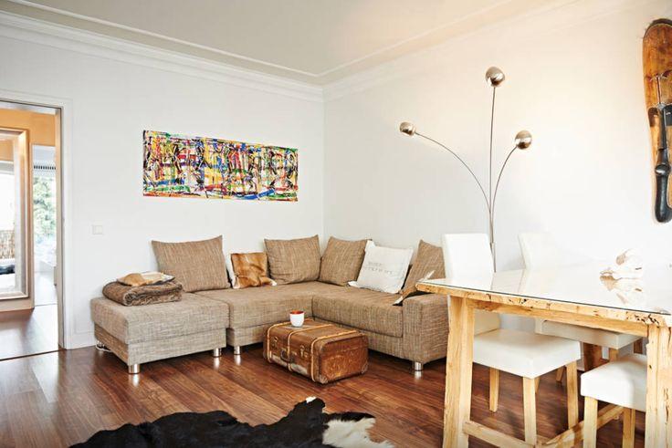 , helles Wohnzimmer in weiß und braun mit gemütlichem Sofa und ...