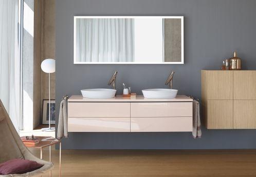Was auf den ersten Blick wie ein Wohnzimmer aus den 50ern aussehen mag, ist in Wirklichkeit ein interessantes Bad. Für die Schränke wurden verschiedene Holzarten verwendet und der Spiegel hat eine ungewöhnlich breite Form. Toll: das Mittelgrau an der Wand harmoniert mit jeder anderen Farbe. Mehr Anregungen für dein Traumbad findest du unter www.wohn-dir-was.de Bildmaterial: ©️ Duravit