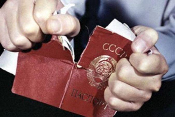 Что делали с семьями и имуществом невозвращенцев в СССР? http://kleinburd.ru/news/chto-delali-s-semyami-i-imushhestvom-nevozvrashhencev-v-sssr/  Невозвращенцами в советское время называли тех, кто путем нелегальной эмиграции покидал навсегда свою родину. Их действия приравнивались к предательству. Судебные решения выносились заочно. Имущество подлежало конфискации, родственники отправлялись в лагеря. Расстрел через 24 часа Бегство за границу в 20-х годах приобрело такой большой размах, что…