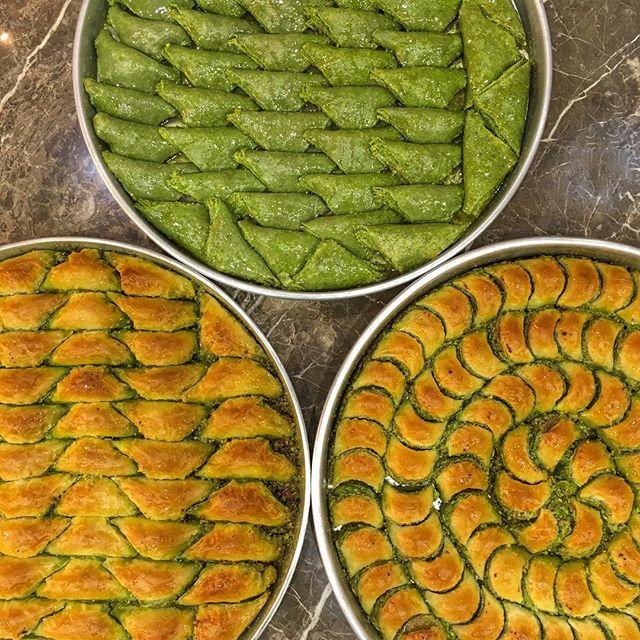Herkese mutlu akşamlar, bu muhteşem üçlüye kim hayır diyebilir? #ElmacıPazarıGüllüoğlu #Baklava #Güllüoğlu #Gulluoglu #Gaziantep #Şöbiyet #ÖzelKare #HavuçDilimi #Mihrimah #Güllüşah #BurmaKadayıf #Dolama #FıstıkEzmesi #Fıstık #Pistachio #Tasteful #Delicious #Sweet #Türkiye #Turkey