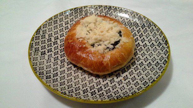 Jde o babiččin recept na kynuté velké koláče, plněné tvarohem, které měly navrchu povidla nebo marmeládu a drobenku.