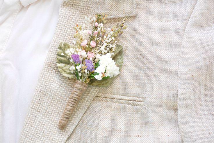 Boutonnière mariage rustique, épinglette, boutonnière du marié, corsage de garçons d'honneur - lyes par NoonOnTheMoon sur Etsy https://www.etsy.com/fr/listing/232566552/boutonniere-mariage-rustique-epinglette