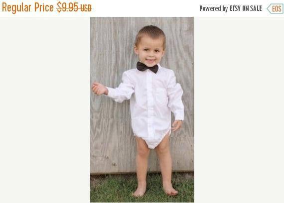 Boutons & boucles Body est une classique chemise boutonnée avec un col et pied de col (garçons) ou un col Claudine (filles), patte de boutonnage devant et boutons de manchettes. L'empiècement au dos est doublé et la chemise dos a deux plis. Il comprend à la fois court et long