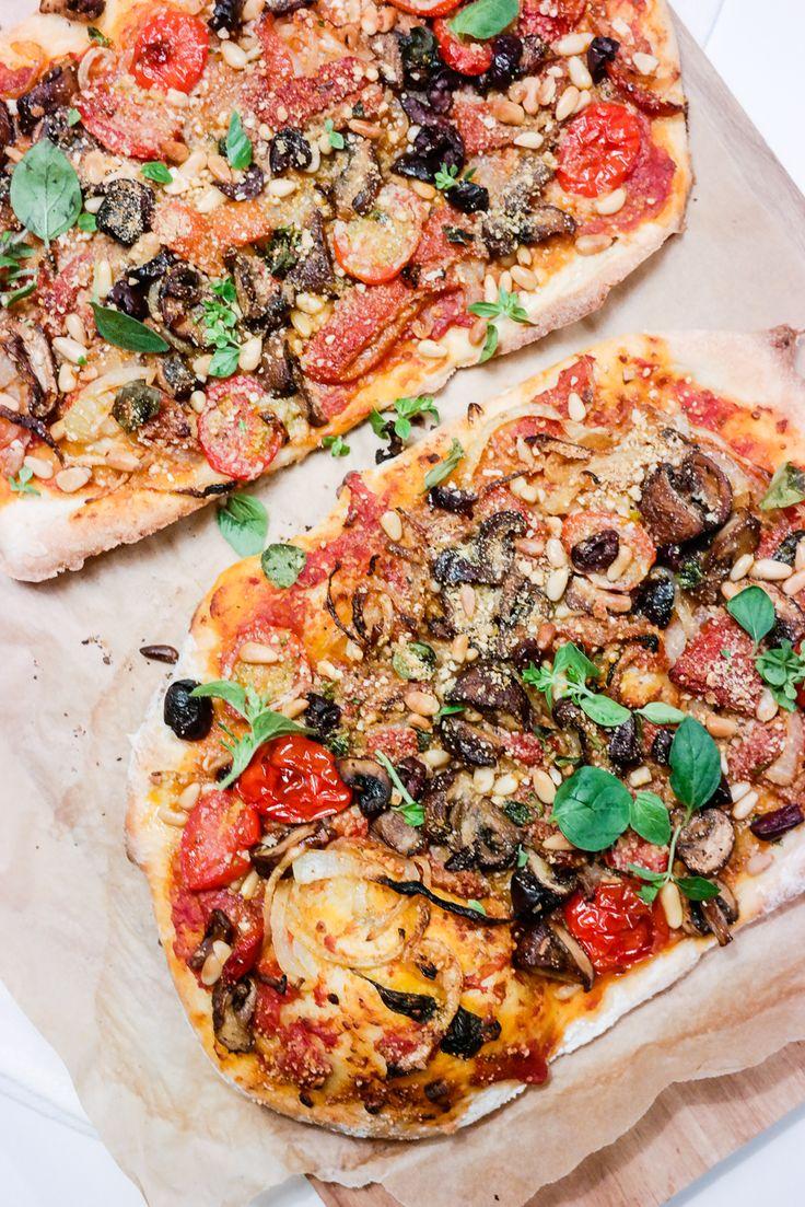Pizza med tomatsaus, sauterte grønnsaker, oliven og oregano
