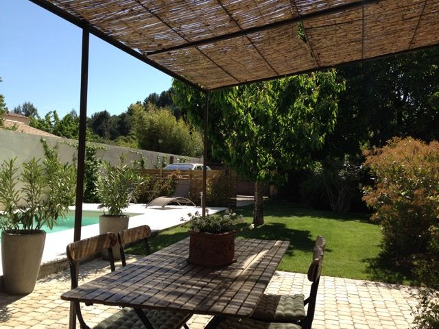 La terrasse de notre gîte avec vue sur le jardin et la piscine !