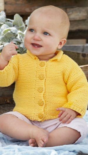 Gratis strikkeopskrifter | Retstrikket babytrøje i solskinsgul farve, superblød babystrik i bomuld, mange gratis hækle- og strikkeopskrifter til det fineste babystrik og lækkert strik til dig