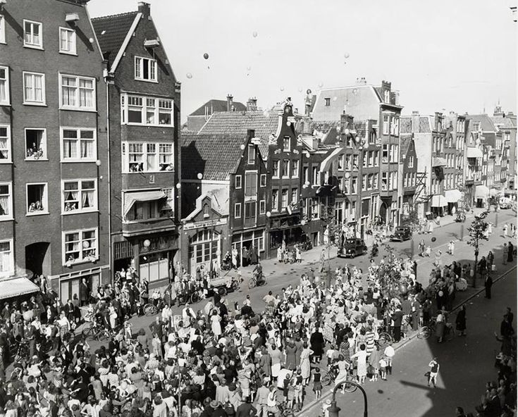 1950. Children and adults have gathered at the Westerstraat in the Jordaan neighborhood of Amsterdam for a balloon event as part of the annual September Jordaanfestival. The Jordaanfestival is an annual event that was held for the first time in 1949. Today the main events are the Jordaan cabaret, song festival and a carnival around the Elandsgracht. Photo AHF, Collectie IISG / Ben van Meerendonk. #amsterdam #1950 #Jordaanfestival #Jordaan