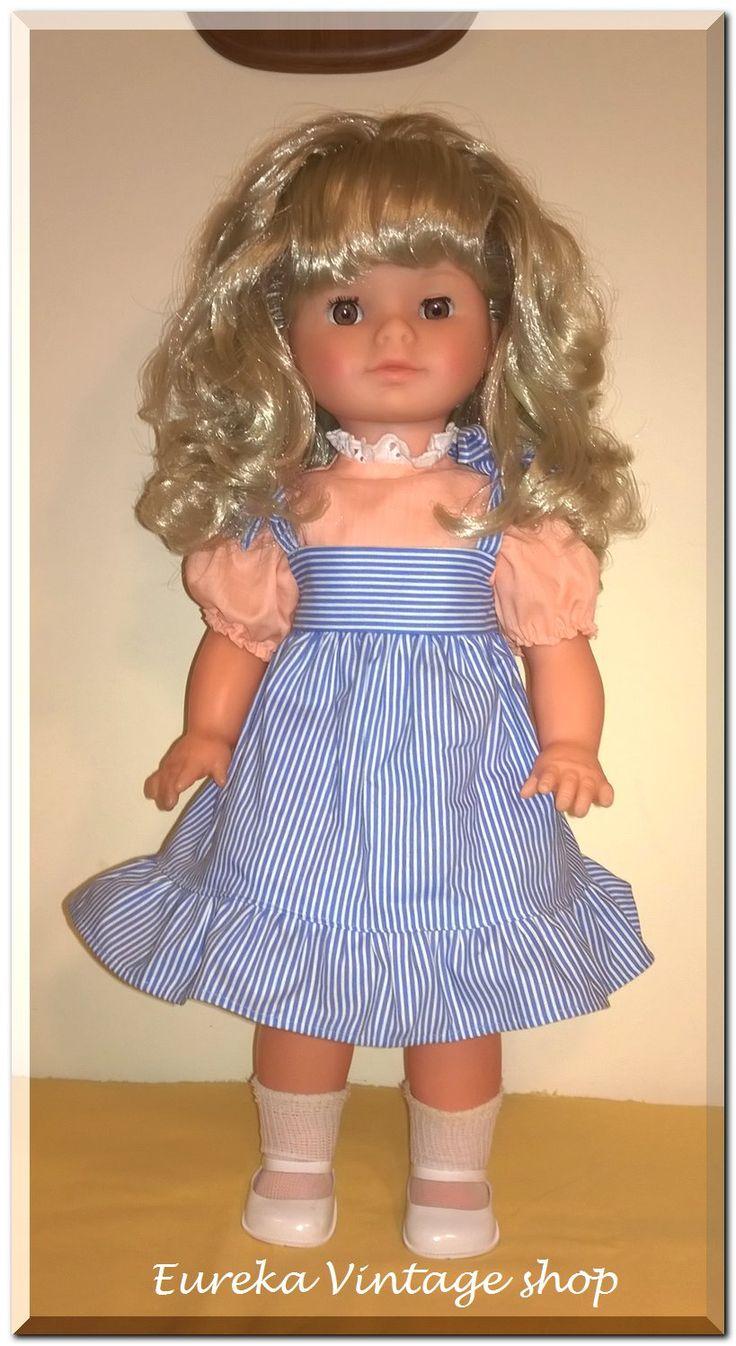 Γλυκύτατη κούκλα γερμανικής προέλευσης πιθανόν της εταιρίας Hans Volk και άριστη σχεδόν αμεταχείριστη κατάσταση από την δεκαετία 1980's – 1990's. Ύψος 50εκ.