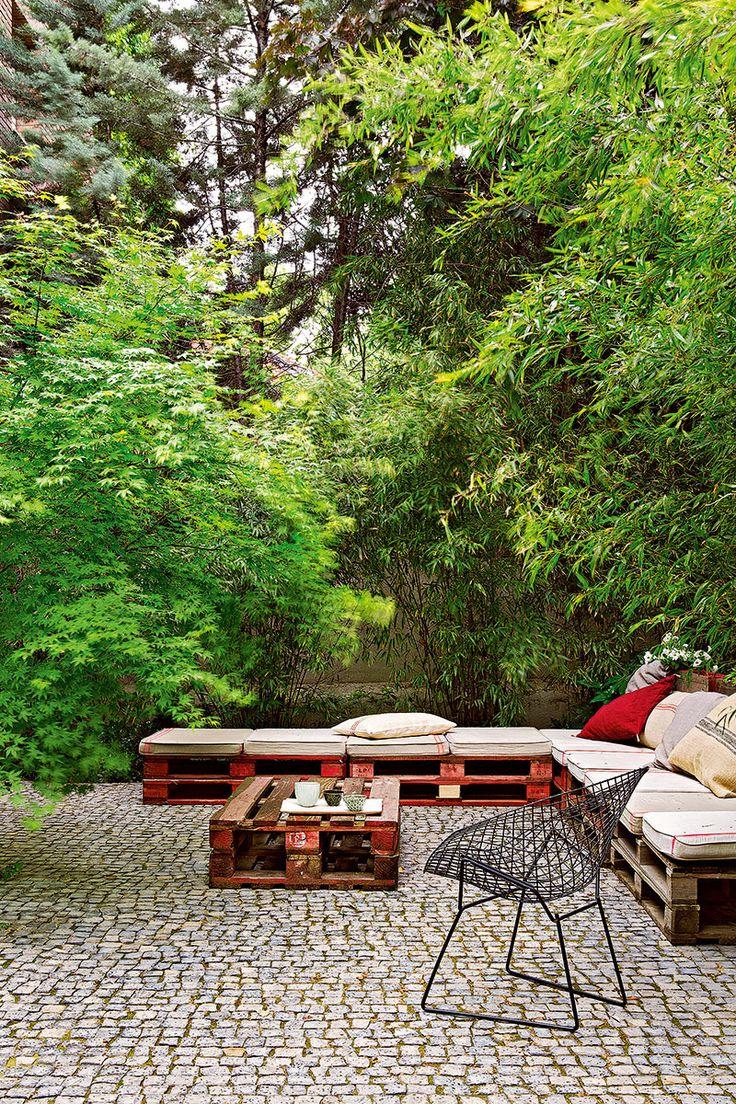 Un jardín con casa