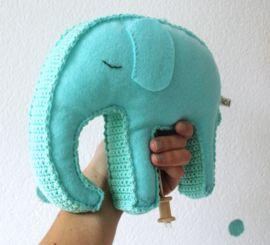 Een muziekdoosje in de vorm van een olifant. Gemaakt met wolvilt en katoengaren. #wijzijndonderdag #donderdag #muziekdoosje #kraamcadeau #kinderkamer #babykamer #zwanger #olifant #decoratie #baby