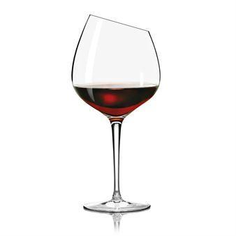 Det vackra Eva Solo Bourgogne glas är ett stort rödvinsglas som är ultimat för de lite mer komplexa och raffinerade röda vinerna som bourgogne och barolo. Glaset har en elegant design och den lutande kanten är en spännande detalj och får glaset att kännas väldigt lyxigt. Sist men inte minst är Eva Solo Bourgogne glas väldigt tunt och gott att dricka ur. Skapa en elegant dukning tillsammans med andra underbara vinglas från danska Eva Solo!