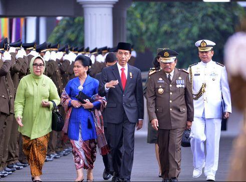 Presiden Jokowi beserta Ibu Negara Iriana disambut Jaksa Agung Prasetyo saat menghadiri Upacara Hari Bhakti Adhiyaksa ke-55, di Kejaksaan Agung, Jakarta, Rabu (22/7).