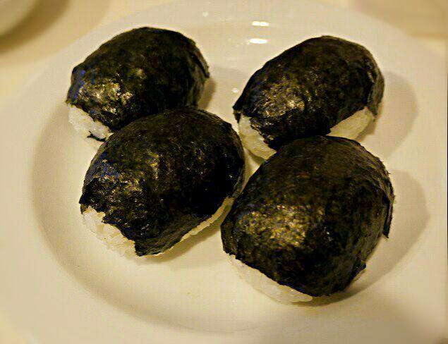 朝ご飯のついでにしか出来ないけどとりあえず学生は幼部から9割は外食か学食ですが、そこにも持って行けるフリーダム国なので持参 自前人はサンドウィッチビニール袋が売ってるほどハム&チーズ挟んだだけ~な昼食で、日本ババのこの米フォルムが皆のおかずに✨ *しそ昆布*タラコ*牛そぼろ*ピリ辛じゃこ高菜 (万が一でおやつ兼) ☆食は国境も人種も超え共通の言語だな~、とシンドイけど嬉しいランチでした!☆仕事の合間の学業か、学業合間の仕事か、もうどっちでもいい♪←腹一杯だとこうなるwさっそく親睦飲み会が決まりました。見返り最高ジパング日本に生まれ育ったからこその海外の恩恵です。皆さんありがとうござます - 171件のもぐもぐ - ババ学生初登校!!本当は緊張と不安、、逃げ出したく自爆するつもりでこの手榴弾で突撃したら隊長に by ふか