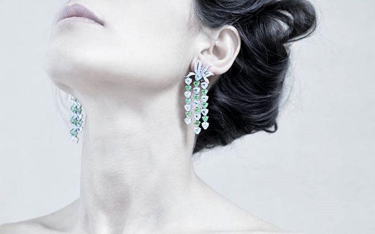#earrings #acquamarine'sheart #jewelry #italianbrand #florence #vennarigioielli #illussodelleidee Photo by: @ottaviapoli  CRYSTAL I  Orecchini in oro bianco con peridoti, acquamarine e diamanti. / White gold earrings with peridots, acquamarines and diamonds.