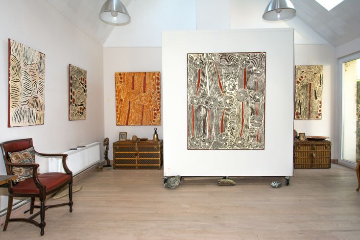 Cinq œuvres de l'artiste Ningura Napurrula présentées lors de l'exposition Papunya : Big Bang #artaborigene #aboriginalart #spirituality #fair #nomad #desert #indigenousart #artindigene