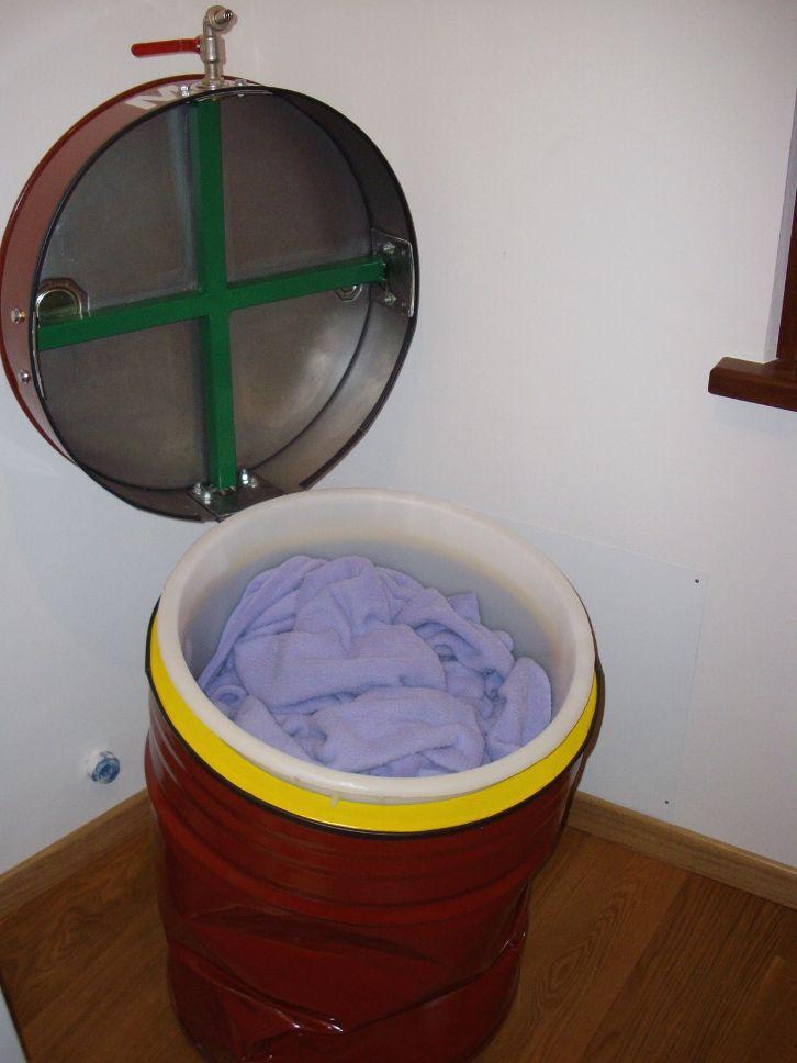 MOBILBIANCHERIA. Portabiancheria realizzato con un bidone d'olio.